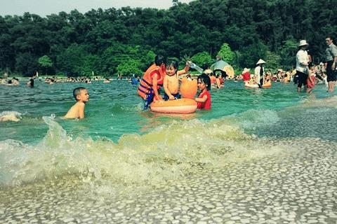 Khoang Xanh - Suối Tiên là điểm du lịch thu hút khách du lịch mỗi dịp cuối tuần.