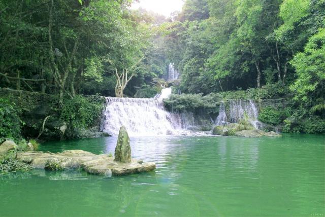 Hệ thống thác nước của khu du lịch Khoang Xanh Suối Tiên