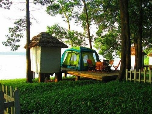 Hoạt động cắm trại và nghỉ dưỡng qua đêm ở Đồng Mô luôn được các bạn trẻ ưa thích.