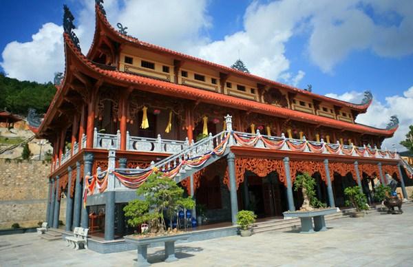 Chùa Ba Vàng là ngôi chùa trên núi có tòa chính điện lớn nhất đạt kỷ lục Việt Nam